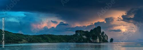 Fotobehang Thailand Gewitter über Phi Phi Islands in Thailand