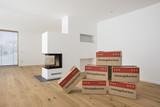 Umzug in neue Wohnung mit vielen Kartons - 183384621