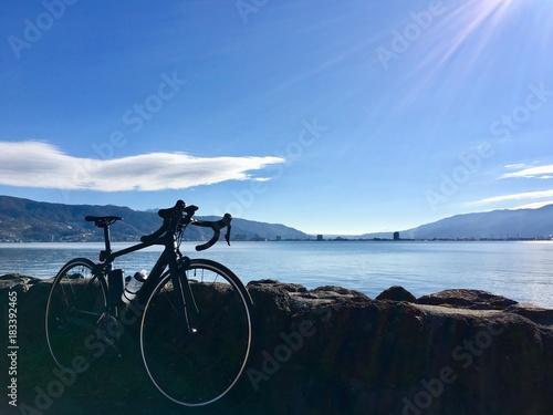 湖とロードバイク