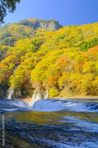 Fotobehang Oranje 紅葉の吹割滝(縦)