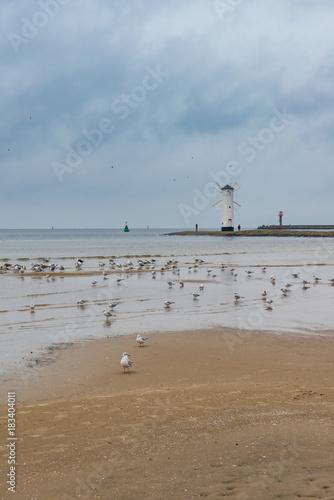 Latarnia na brzegu Bałtyku w Świonoujściu