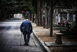 personne âgé cimetière   - 183457817
