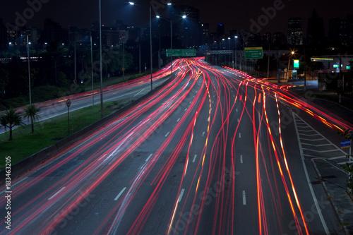 Foto op Aluminium Nacht snelweg Night time long-exposure traffic in large road of São Paulo