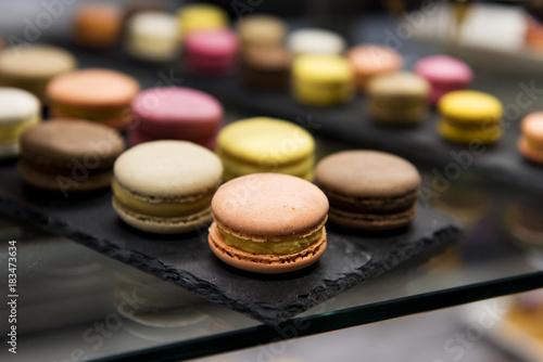 Staande foto Macarons Macarons auf Schwarz