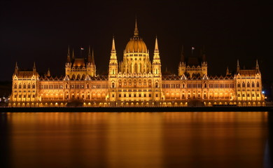 Widok budynku węgierskiego parlamentu w nocy, z przeciwnego brzegu Dunaju, Budapeszt, Węgry