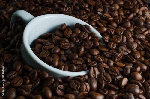Plexiglas Koffiebonen White Cup drowned in coffee beans
