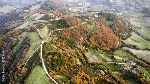 Italia, Pesaro Dicembre 2017 - vista aerea di paesaggio autunnale con boschi colorati e strade bianche