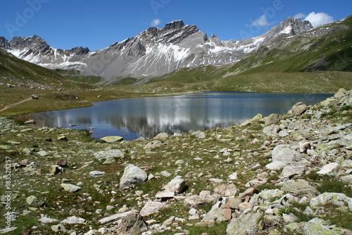 Deurstickers Bergen Der Bergsee Lai da Ravais-ch Sur im Parc Ela