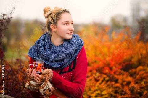 Papiers peints The Beautiful girl drinks hot tea