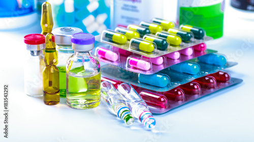 Foto Spatwand Apotheek Drug prescription for treatment medication. Pharmaceutical medicament, cure in container for health. Pharmacy theme, capsule pills with medicine antibiotic in packages.