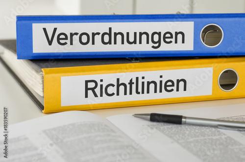 fototapeta na ścianę Aktenordner mit der Beschriftung Verordnungen und Richtlinien