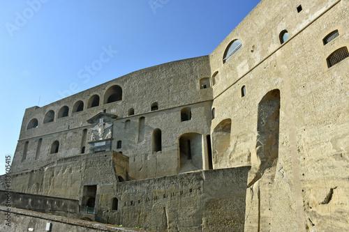 Foto op Canvas Napels Napoli, Castel sant'Elmo. Castello medievale, 1329, in parte ricavato dalla viva roccia (tufo giallo napoletano); è il punto più alto della città. Facciata d'ingresso e cannoniere.