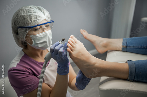 Deurstickers Pedicure Podiatry doctor. Treatment of feet and nails.