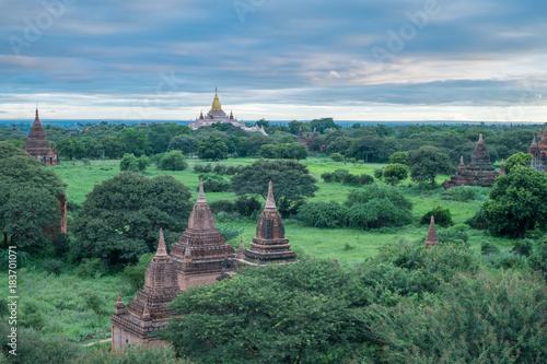 Foto op Aluminium Boeddha many pagodas under the sky