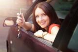 schöne Frau hält Autoschlüssel aus dem Fenster   - 183716835