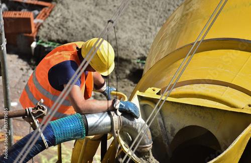 Foto op Plexiglas Spoorlijn Preparazione impasto calcestruzzo con la betoniera