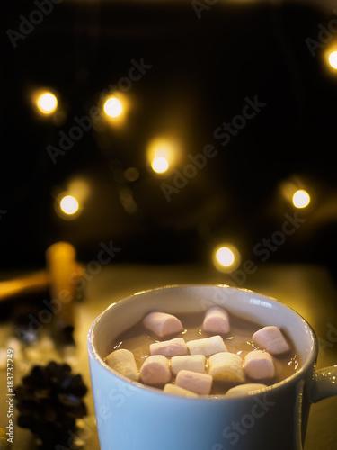 Papiers peints Chocolat Heiße Schokolade in weißer Tasse vor einer weihnachtlichen Dekoration