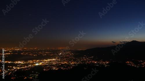 Panorama notturno della pianura illuminata
