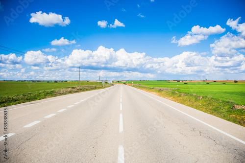 In de dag Gras Carretera con bello paisaje colorido