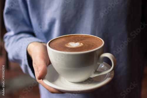 Foto op Plexiglas Chocolade Servir un chocolat chaud
