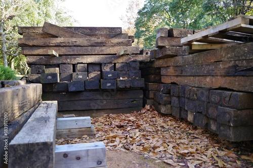 Foto op Plexiglas Spoorlijn 廃材置き場の古い枕木