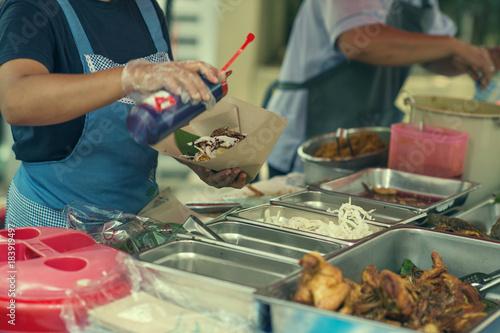 In de dag Kuala Lumpur A woman selling a traditional local food Pecal on the the local market in Kuala lumpur. Local traditional street food in Kuala lumpur, Malaysia