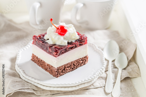 Fotobehang Kersen Delicious jelly cherry cake on white plate with cream
