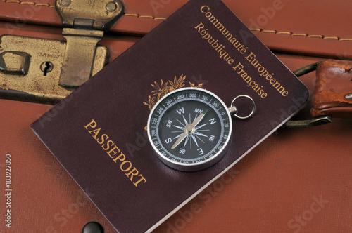 Boussole posée sur un passeport  © Richard Villalon