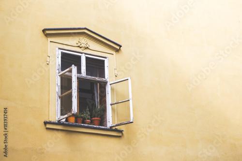 Tuinposter Baksteen muur Stare historyczne okno na fasadzie kamienicy
