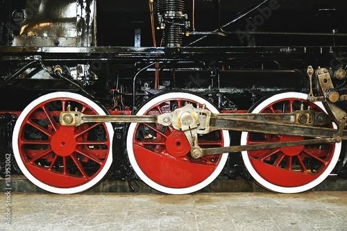 Foto op Plexiglas Spoorlijn Ruote a stantuffo antico treno a Napoli