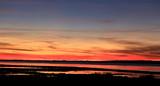 crépuscule automnal sur l'étang de thau flamboyant - 183958405