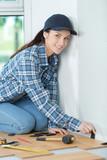 woman installing laminated flooring - 183966626