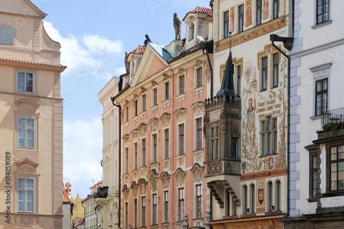 In de dag Praag Historische Gebäude in der Prager Altstadt