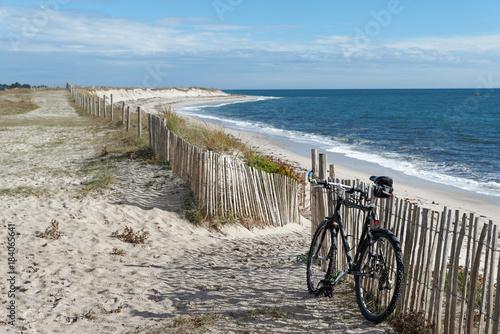 Foto op Canvas Blauw Vélo tout terrain sur dunes de sable du Finistère