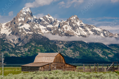 Foto op Aluminium Blauwe jeans Old barn in Grand Teton Mountains