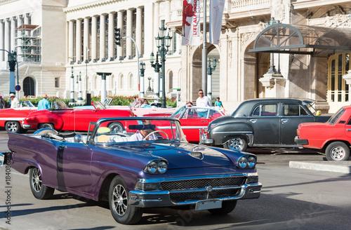 Plexiglas Havana Amerikanischer blauer Ford Cabriolet Oldtimer auf der Strasse vor dem Gran Teatro in Havana City Cuba - Serie Cuba Reportage
