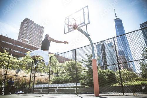 Plexiglas Basketbal Basketball player playing outdoors