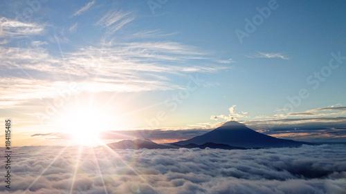 富士山と日の出と雲海 - 184115485