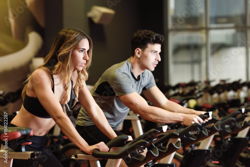 Póster Couple in a spinning class wearing sportswear.