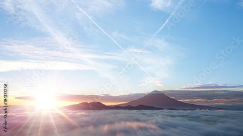 富士山を取り巻く雲海と日の出