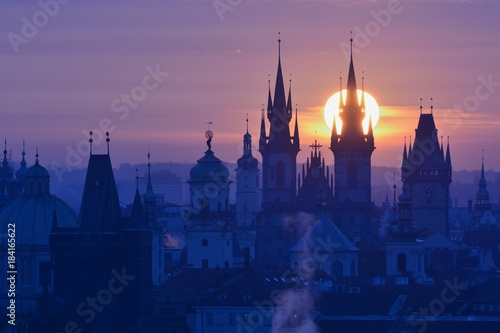In de dag Praag Sun disk behind spire of the Prague Church of Our Lady before Tyn