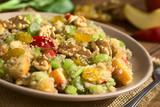 Quinoa Waldorfsalat zubereitet aus gekochtem Quinoa, Apfel, Selleriestangen, Sultaninen und Walnüssen, fotografiert mit natürlichem Licht (Selektiver Fokus, Fokus in die Mitte des Salats) - 184182229