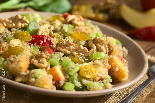 Sticker Quinoa Waldorfsalat zubereitet aus gekochtem Quinoa, Apfel, Selleriestangen, Sultaninen und Walnüssen, fotografiert mit natürlichem Licht (Selektiver Fokus, Fokus in die Mitte des Salats)