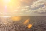 Sonnenuntergang am Meer mit Himmel und Horizont