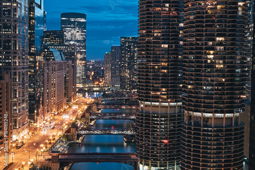 Plexiglas Chicago Chicago, Illinois. Cityscape at night with marina city tower, river, empty road and bridge in sight. Taken from London House Chicago. July, 2017.