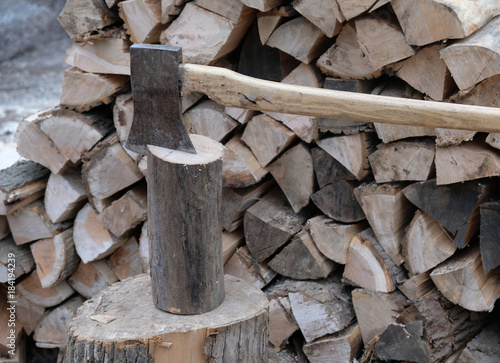Tuinposter Brandhout textuur Wood ax in a block of firewood