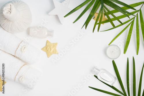 Mieszkanie nieatutowy odgórnego widoku zdroju tło: tajlandzka masaż torba, ręczniki i palma liście na białym tle ,. Zdrowy tryb życia. Przestrzeń tekstowa