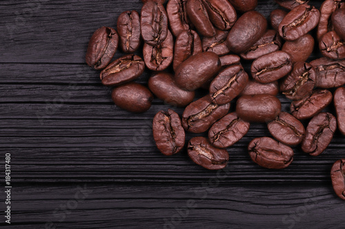 Keuken foto achterwand Koffiebonen cracked grains of black fried coffee