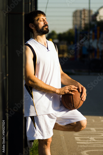 Plexiglas Basketbal relaxing basketball player