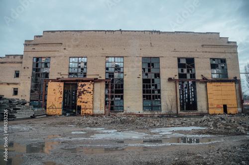 Papiers peints Les vieux bâtiments abandonnés Abandoned ruined industrial building waiting for demolition. Territory of abandoned industrial area Voronezh excavator factory.